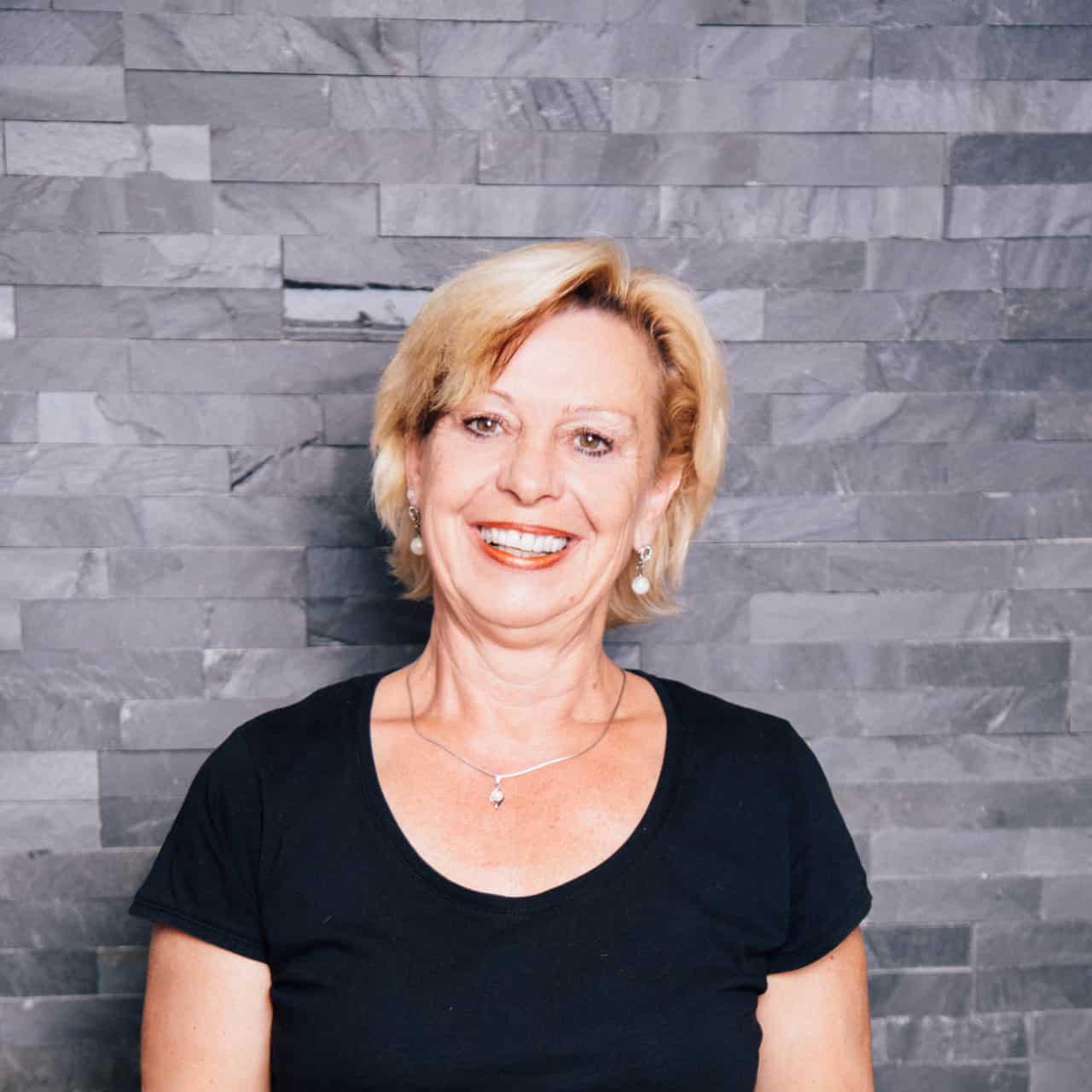Claudia ist Friseurin im SchönSein basic Salon in Olching-Geiselbullach